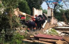 Scene de groază la Dorohoi! Doi tineri care demolau o casă au fost surprinși sub dărâmături - FOTO