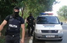 Șapte case din județul Botoșani scotocite de mascați. Țigări de contrabandă, bani, electronice și bijuterii confiscate