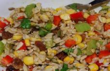 Salată cu orez, mazăre, porumb și ciuperci