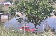 Accident spectaculos la Botoșani! A rupt un gard și a plonjat cu mașina în bazinul de ape uzate de la Nova ApaServ