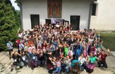 Bucuria jocului și buna dispoziție au cuprins, din nou, curtea bisericii din Ibănești - FOTO