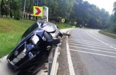 ACCIDENT pe drumul Botoșani – Suceava. A rupt un parapet și s-a oprit în șanț!