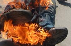 GEST EXTREM! Un bărbat supărat că l-a părăsit soția şi-a dat foc în mijlocul străzii