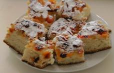 Prăjitură cu cubulețe din caise sau fructe şi aluat delicios de unt