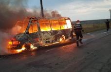 Panică pe un drum național din Botoșani! Un microbuz cu călători a luat foc - FOTO