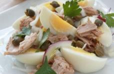 Salată de ton, ouă și ceapă