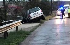 Plouă la început de septembrie cu ....accidente! Un șofer a ajuns cu mașina în parapetul de pe marginea drumului