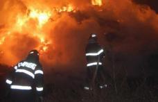 20 de pompieri au intervenit pentru stingerea unui incendiu puternic la un depozit de furaje
