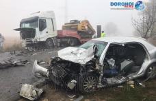 Accident grav la ieșirea din Dorohoi: O mașină a intrat pe contrasens și s-a izbit într-un autocamion - FOTO