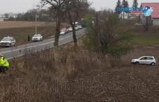 Accident la Dumbrăvița! O mașină s-a răsturnat în afara părții carosabile - FOTO