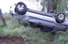 Șoferiță începătoare se răstoarnă cu mașina, o fată de 18 ani rănită, conducătoarea auto a PĂRĂSIT locul accidentului