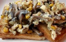 Omletă cu ciuperci și porumb pe toast