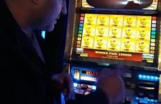 Cu banii pierduţi şi bun de plată. La nervi, a spart un aparat de jocuri și a adresat injurii barmanului
