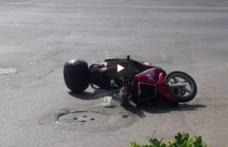 Conducătorul unui moped a fost rănit în urma unui accident produs din neatenție