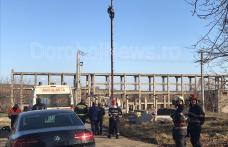 Protest extrem la Dorohoi! Un bărbat s-a urcat pe un stâlp amenințând că se aruncă - FOTO