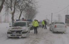 ACCIDENT! A lovit cu maşina un copac după ce a derapat din cauza zăpezii