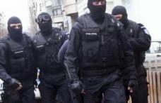 Percheziții cu mascații la locuințele unui tânăr de 18 ani, din Botoșani, cercetat pentru înșelăciune