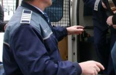 Tineri reținuți pentru 24 de ore după ce au bătut un agent de pază