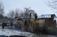 Clădire mistuită de flăcări la Hudești! Pompierii dorohoieni și dărăbăneni au intervenit pentru stingere - FOTO