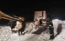 Nouă persoane rămase înzăpezite pe un drum din județul Botoșani au fost evacuate de autorități - FOTO