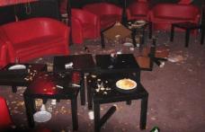 Un tânăr şi-a băut minţile apoi a început să împartă pumni şi picioare într-un bar din Botoșani