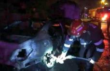 Autoturism distrus de flăcări în curtea unei spălătorii