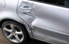 A parcat regulamentar, dar și-a găsit mașina lovită. Șoferul vinovat a fugit