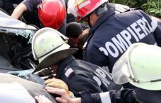 Accident GRAV! Pasagerul rămas captiv între fiarele contorsionate, scos de pompieri