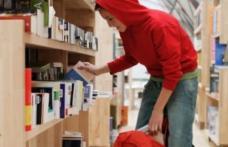 Doi adolescenți au furat accesorii de telefon şi produse alimentare dintr-un magazin din Botoșani