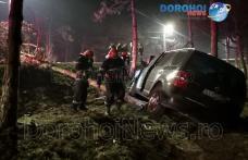 Accident la intrarea în Dorohoi! O mașină a ieșit de pe carosabil și a rupt doi copaci – FOTO