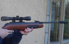 Doi bărbaţi cercetaţi pentru săvârşirea a cinci infracţiuni după un conflict pe un fond de vânătoare