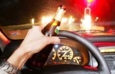 A consumat băuturi alcoolice, apoi s-a urcat la volan. Când l-au oprit poliţiştii, era să îi îmbete cu halena alcoolică pe care o emana