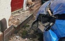 Polițiștii alertați după ce un șofer a intrat cu mașina într-un zid