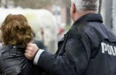 Femeie de 50 de ani prinsă după ce a furat 1.500 de lei din casa unui bătrân