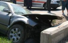 Băut la volan, a intrat cu mașina într-un cap de pod