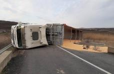 Accident! Un camion încărcat cu cereale s-a răsturnat pe un drum național din Botoșani - FOTO