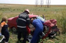 Bărbat în stare avansată de ebrietate proiectat prin parbriz, după ce a lovit cu mașina un cap de pod