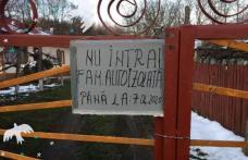 """""""Nu intrați, familie autoizolată!"""" – Mesaj inedit afișat pe poarta unei familii din Văculești"""