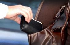 Tineri cercetați după ce au furat portofelul și telefonul mobil din geanta unei femei