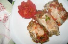 Rulouri de pui cu sos de roșii și broccoli