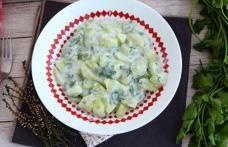 Salată de castraveți cu sos de iaurt