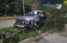 Accident pe Bulevardul Victoriei din Dorohoi! O mașină a intrat pe scuar și a rupt un copac - FOTO