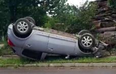 Accident! O mașină a ajuns pe cupolă după o ciocnire cu un taxi pe o stradă din Botoșani