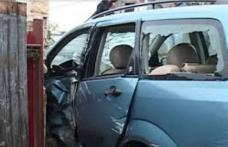 """ACCIDENT! Un șofer în vârstă de 26 de ani, beat """"mangă"""" a intrat cu mașina în gardul unui imobil"""
