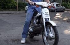În trafic cu mopedul neînregistrat și fără permis