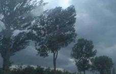 Revin furtunile! Cod portocaliu de ploi, descărcări electrice și vânt puternic la Botoșani