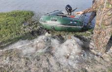 Sute de metri de plase pentru pescuit, amplasate ilegal scoase de Jandarmi din râul Prut - FOTO