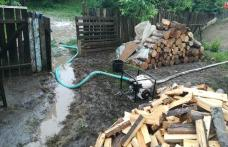 Mai multe gospodării din Săveni au fost inundate. Pompierii au intervenit pentru scoaterea apei – FOTO