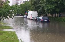 Botoșaniul sub apă. Case și drumuri inundate după o ploaie de câteva minute - FOTO
