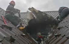 Casă lovită de fulger la Botoșani, acoperiș cuprins de flăcări – FOTO